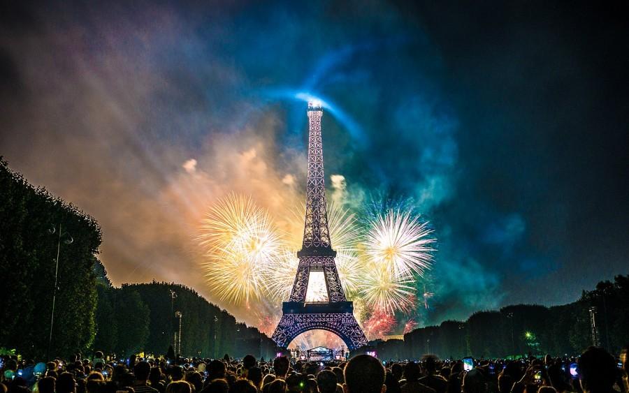 1280px-Feu_dartifice_du_14_juillet_2017_depuis_le_champ_de_Mars_a_Paris_devant_la_Tour_Eiffel_Bastille_day_2017_35118978683.jpg